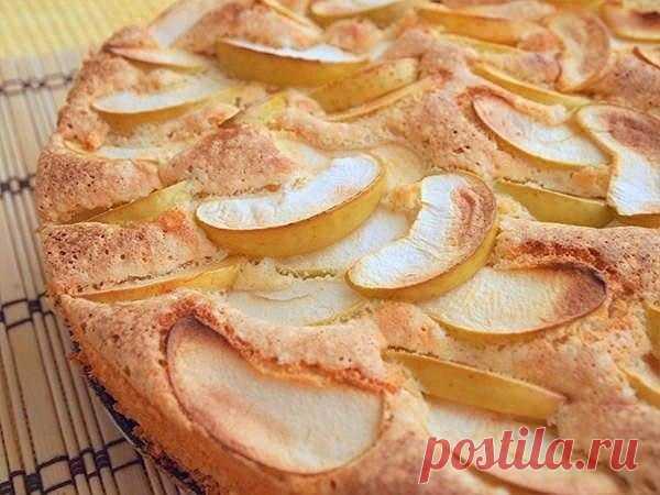 Ароматный бисквитный пирог. Очень нежный и с целой горой яблок!
