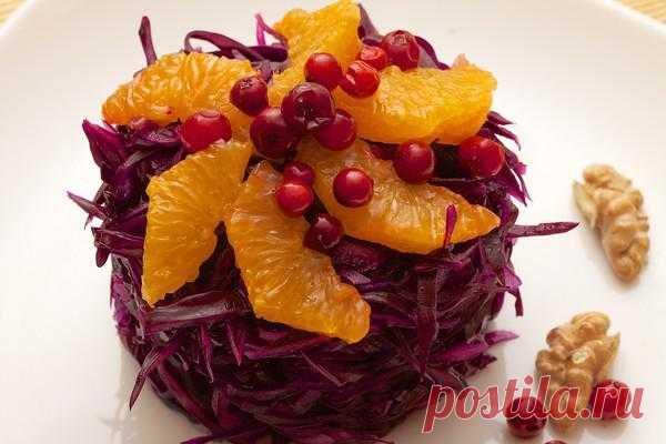 Витаминный салат из краснокочанной капусты.