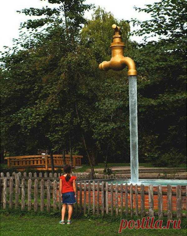 Огромный кран. Скульптура, которая находится в Технопарке Винтертур, висит в воздухе. При этом из крана всё время льётся вода. Винтертур, Швейцария