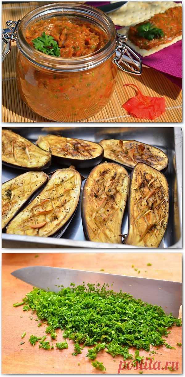 Икра баклажанная. Рецептов баклажанной икры невероятное множество. Главный ингредиент — это конечно баклажан, а дальше можно импровизировать сколько душе угодно. Можно добавить сладкий или острый перец, запечёный или сырой, помидоры, лук, чеснок, любую зелень, а так же лимонный сок или уксус, всё зависит от ваших личных вкусовых предпочтений