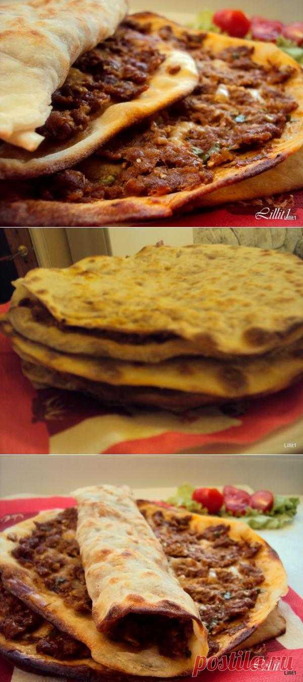 Ламаджо - армянская пицца: на тонкий лист теста наносят мясной фарш и запекают 10 минут в духовке. Перед подачей сбрызнуть лимонным соком. Удобно кушать руками, сложив ламаджо пополам.