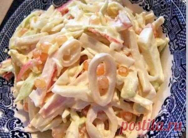 Три простых салатика с кальмарами  1. Салат «Мартовский»  Ингредиенты на 500 грамм кальмаров: - 5 свежих огурчиков; - банка консервированных ананасов; - 5 яиц; - густой майонез; - лимон.  Приготовление: Подготавливаем кальмаров для салата Для приготовления салата с кальмарами, надо подготовить их. Стоит покупать тушки, которые сначала чистят, ошпаривая кипятком и вытягивая спинную хорду, засунув руку в кальмара. Потом счищают верхнюю пленку ножом или руками. Кальмара закла...