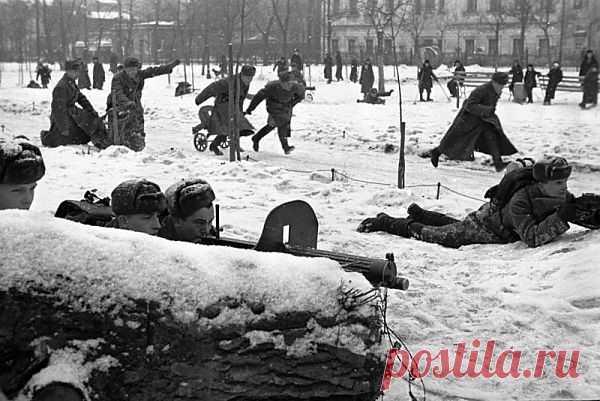 Россия: автобиография - 1 декабря 1941г. - Солдаты проводят занятия в центре Москвы