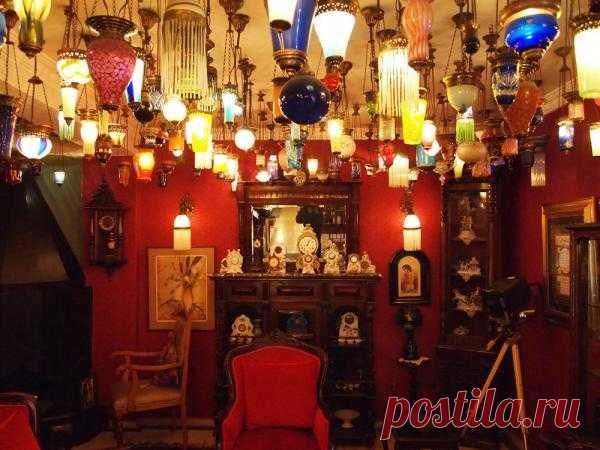Если у вас накопилось много старых и ненужных уже в хозяйстве светильников, не торопитесь их выкидывать. Есть прекрасная возможность уникальным образом декорировать интерьер. Например, как это сделал владелец Kybele Hotel в Стамбуле.