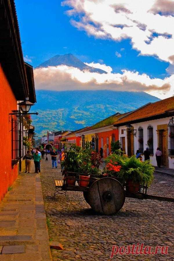 La ciudad bajo las nubes. Querido por los turistas de todo el mundo. La Antigua, Guatemala