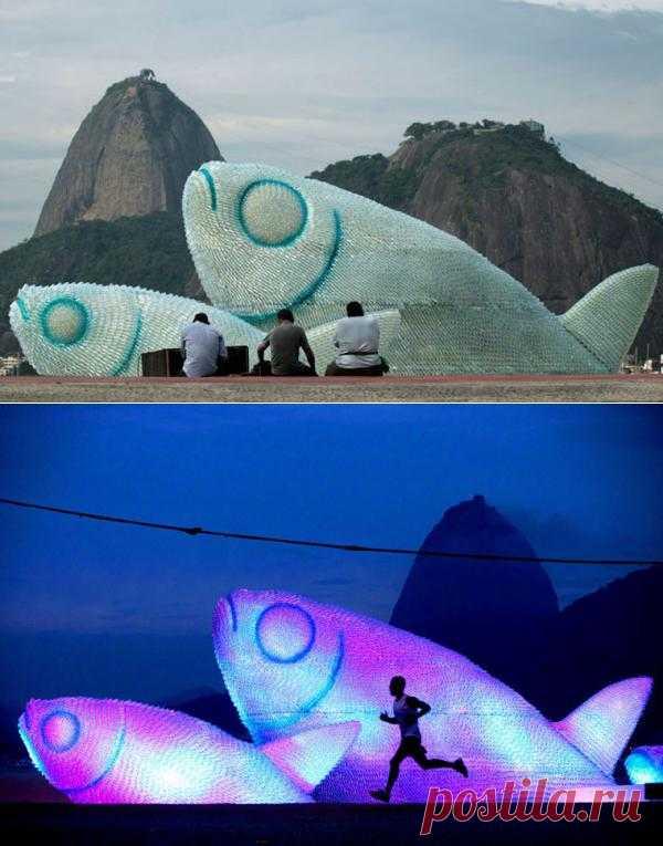 Гигантские рыбы из пластиковых бутылок на пляже Botafogo в Рио-де-Жанейро.