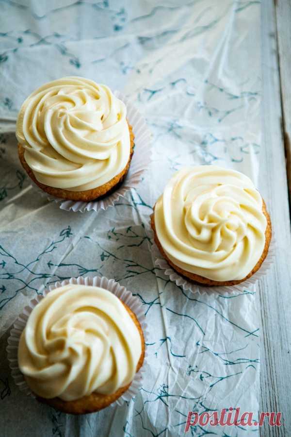 Vanilla kapkeyka with cream from cream cheese.