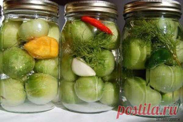 Хорошие рецепты по заготовке зелёных помидор   Зеленые помидоры «пальчики оближешь»  На 3 кг. помидоров 200 гр. зелени: петрушка, укроп, листья вишни  (или смородины) 100 гр. репчатого лука (я в каждую банку  нарезала по пол луковицы) 1 головка чеснока  Заливка:  3 литра воды 9 ст. ложек сахара 2 ст. ложки соли 2-3 штуки лаврового листа 5 горошин перца душистого 1 стакан 9% уксуса Растительное масло (берется из расчета  1 ст. ложка на литровую банку)  Такие же помидоры мож...