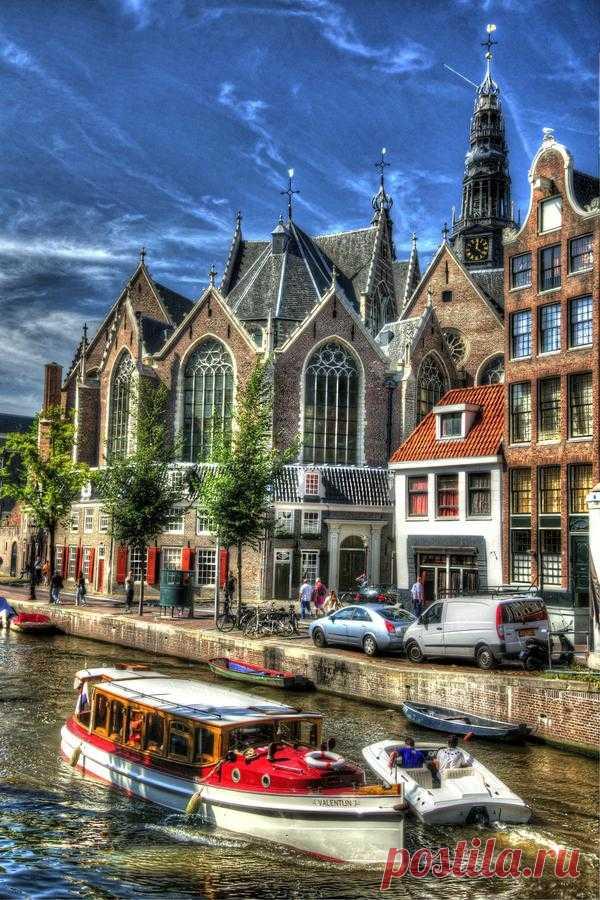 Этот город не зря называют Северной Венецией, ведь в нем насчитывается более 150 каналов и 1200 мостов. Когда будете там, обязательно возьмите тур по достопримечательностям и прокатитесь на лодке через весь город! Амстердам, Нидерланды