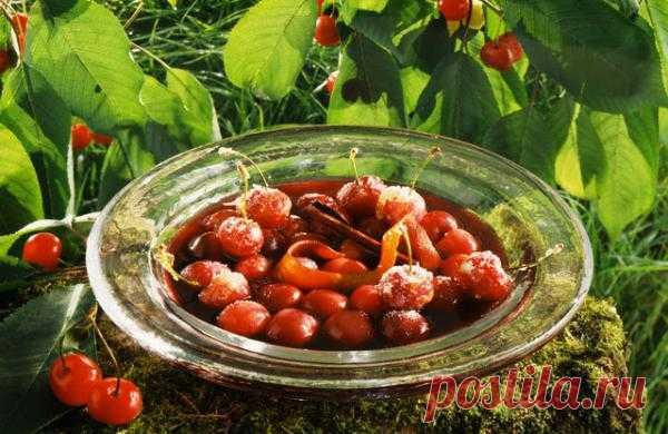 Вишневый суп  Лето продолжает радовать нас сезонными фруктами и ягодами. Вот простой рецепт вишневого супа - сладкий, красивый и полезный.
