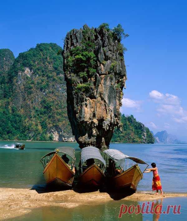 Это один из самых необычных морских пейзажей: тонкий и высокий остров. Внизу остров даже уже чем вверху.  Остров Као Тапу стал персонажем фильма, где снимался Джеймс Бонд, поэтому его так и называют - остров Джеймса Бонда, Тайланд