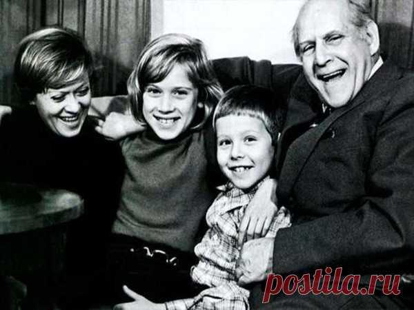 Алиса Фрейдлих с отцом, известным актером Бруно Фрейндлихом, и детьми