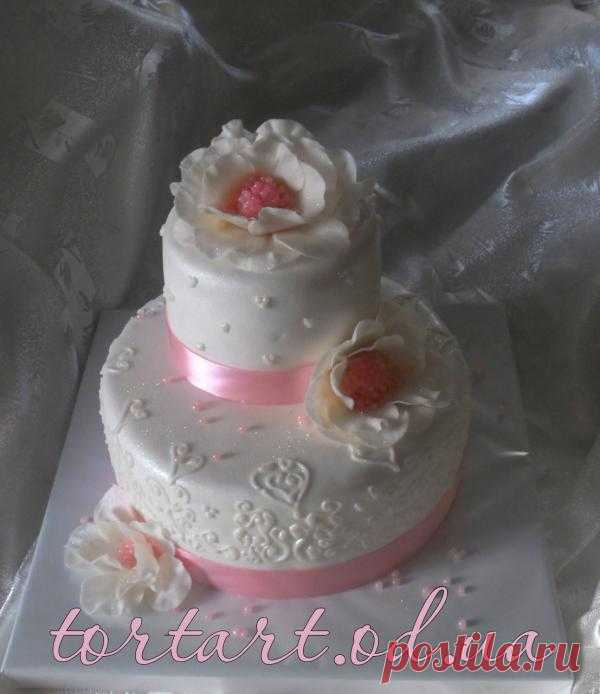 Изысканный и нежный, красивый и вкусный, маленький свадебный торт.