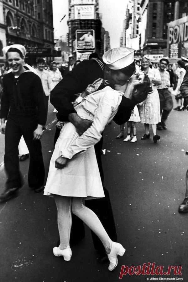 Поцелуй американского моряка и медсестры после объявления о победе над Японией, 14 августа 1945 года.