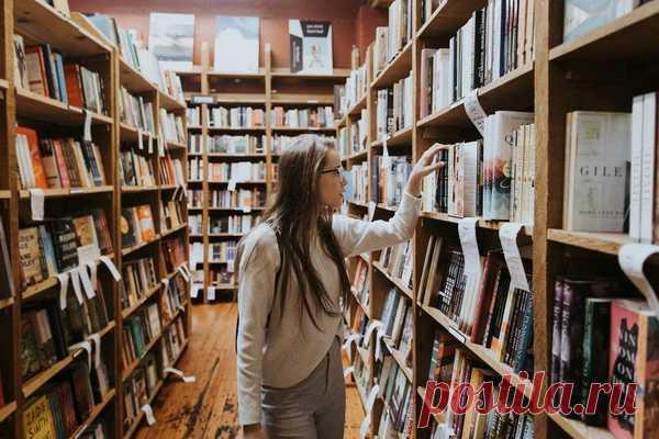 Любой преподаватель иностранного языка скажет, что для изучения нужно подключать все каналы получения информации: слушать, читать, говорить. Тогда язык проходит через все стадии — понимание, говорение и чтение — и лучше усваивается.