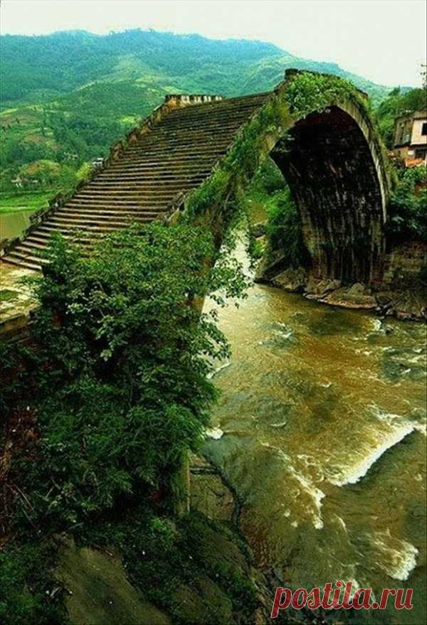 El puente interesante antiguo en China. El puente iridisciente.