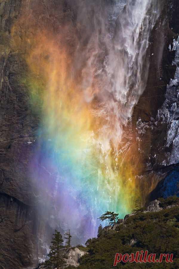 Потрясающее зрелище! Огромная радуга в каплях водопада. США