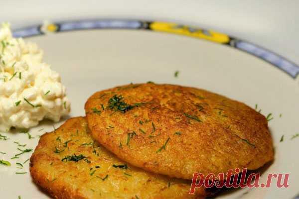 Сырно-картофельные лепешки Из сыра твердого сорта и картофеля можно приготовить оригинальные и очень вкусные оладьи, которые отлично подойдут для повседневного меню.