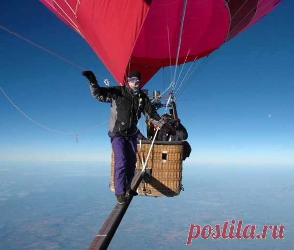 Британец Майк Говард прошелся по балке между двумя воздушными шарами на высоте более 6,5 километров над землей