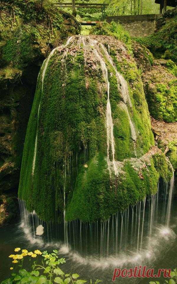 Однин из самых красивых водопадов мира. Вода в нем падает уникальным образом, падая с высоты 8 метров на мшистый известковый туф. Деревянный мост над рекой позволяет подходить близко к водопаду. Водопад Бигар, Румыния
