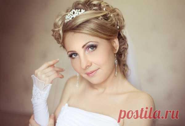 Свадебные прически на короткие волосы: идеи с фото для очень красивых укладок с фатой и без фаты, стрижек для невест с челкой и диадемой, с цветами и на тонкие локоны
