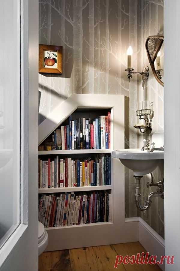 Библиотека в туалете... Встроенные шкафчики, сохраняющие место в маленькой ванной комнате