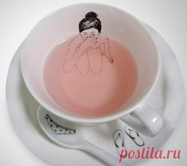 Голландский иллюстратор Esther Horchner «увидел» в чашке чая купающуюся обнаженную женщину, оставившую свою одежду на блюдце и чайной ложке.