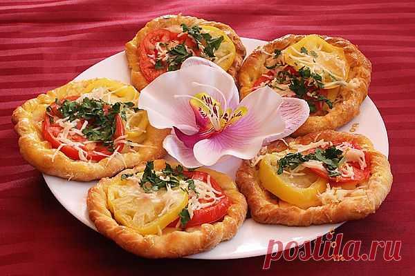Вкусные тарталетки с сыром и помидорами
