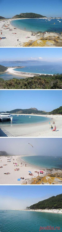 Протяженный пляж с меким белым песком и спокойной водой - это километровая песчаная коса, соединяющая два из трех островов архипелага Сиес. Лас Ислас Сиес, Галисия, Испания