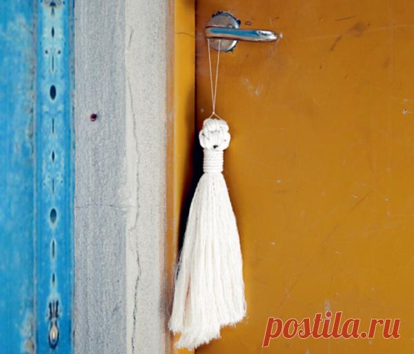 Кисточки — простой способ утилизации коротких обрезков нитей. Их можно развесить по одной, а если нанизать на нить — получится гирлянда.