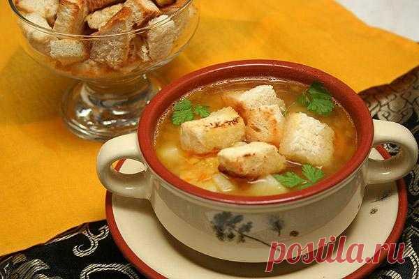 Гороховый суп с копченостями и гренками.