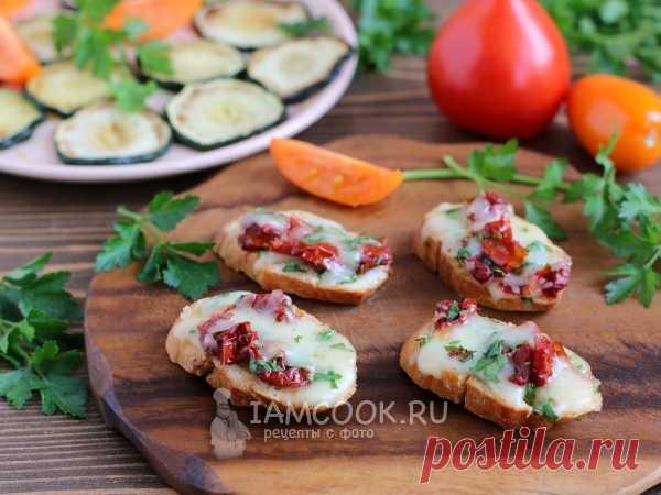 Горячие бутерброды с сулугуни вялеными помидорами и зеленью