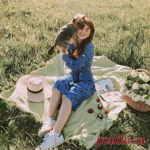 ¡Hurra, al fin el sol! ¡Bloger Nastya Galantseva sonríe (instagram.com\/nastyagalax) sobre el picnic en la imagen encantadora de la colección H&M! Más de modelos veraniegos podéis encontrar en nuestras tiendas y onlayn. #HMFavourites #HM