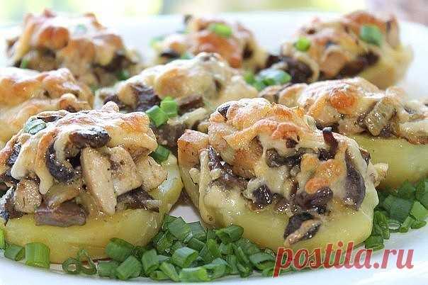 Картошка с курицей и грибами  1. Картошку отварить в кожуре, затем остудить, очистить и разрезать на половинки. Уложить в смазанную форму. 2. Грибы обжарить с курицей и репчатым луком+немного сливок и специи. 3. Выложить грибы на картошку, посыпать тёртым сыром и поставить в разогретую духовку на 15 минут. Приятного аппетита!