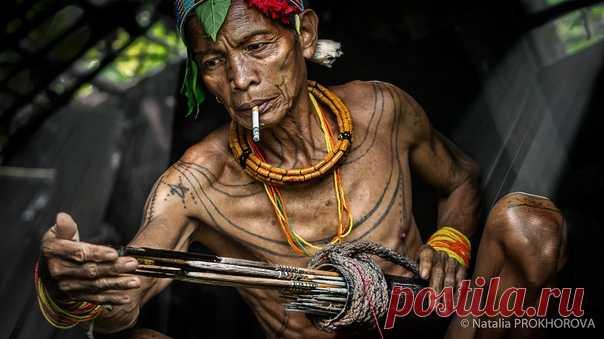 Охотник из индонезийского племени ментаваи готовит стрелы перед вечерним походом. Фотографировала Наталья Прохорова: nat-geo.ru/community/user/184783/
