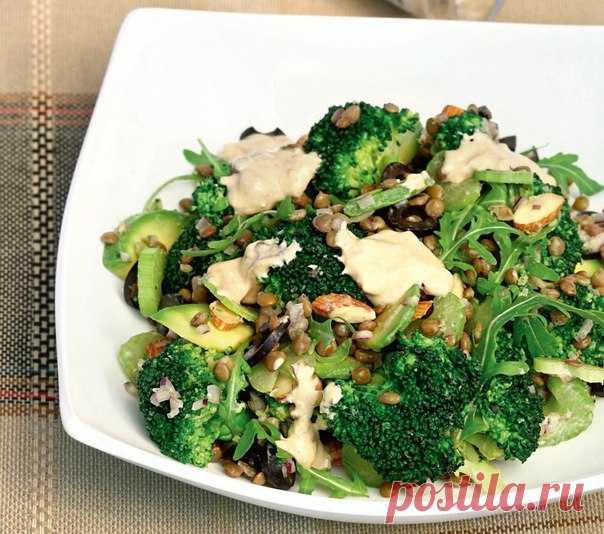 Салат из брокколи с чечевицей  #лакто_вегетарианство@just_veg   Ингредиенты:   Брокколи — 450 г  Сельдерей — 3 черешка  Авокадо — 1 шт.  Зеленая чечевица — ½ стак.  Руккола — 50 г  Миндаль — ⅓ стак.  Маслины — 15 шт.  Лук красный — ½ шт.   Для заправки:   Натуральный йогурт — 80 мл  Жирные сливки — 1–2 ст. л.  Чеснок — 1 зубчик  Мисо-паста — 1 ст. л.  Мирин — 1 ст. л.  Рисовый уксус — 1 ст. л.  Молотая зира — 1 большая щепотка   Приготовление:   1. Залейте чечевицу холодно...