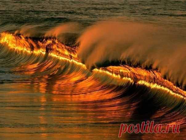 Огненно-золотая волна во время заката, Пуэрто Эксандидо, Мексика