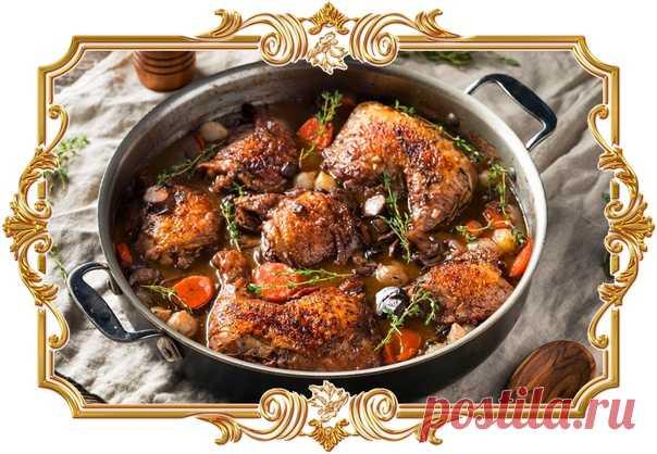 #Запечённая #курица #в #красном #вине  Классическое французское #блюдо. Исторически его готовили из специально откормленного петуха, сутки маринованного в вине. В этом рецепте курица маринуется в винно-овощной смеси всего пару часов, а затем выпекается в духовке.  Время приготовления: Показать полностью...
