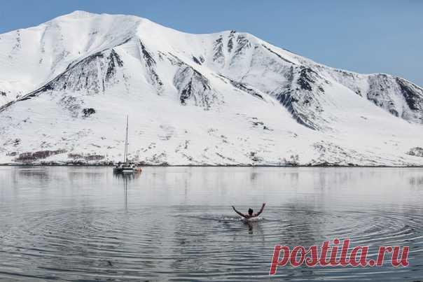 Вот так выглядит май на Камчатке; снег полностью сойдёт только в августе. Снимала Елена Верещака в Бечевинской бухте. Другие снимки – на nat-geo.ru/photo/user/18849.