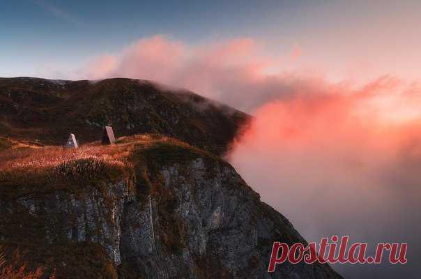 «На краю заката». Бзерпинский карниз, Западный Кавказ. Автор фото – Татьяна Лещинская: nat-geo.ru/photo/user/294700/