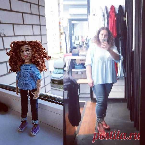 Джинсы с жемчугом и голубая туника одним Женям к лицу  #отскуки #вяжуиотдыхаю #отдыхаюивяжу #куклакрючком #портретнаякукла #вязание #вяжутнетолькобабушки #otskyki #kniting #knit