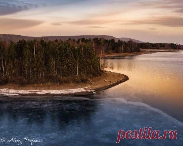 Первый лед на протоках Ангары, Сибирь. Автор фото – Алексей Трофимов: