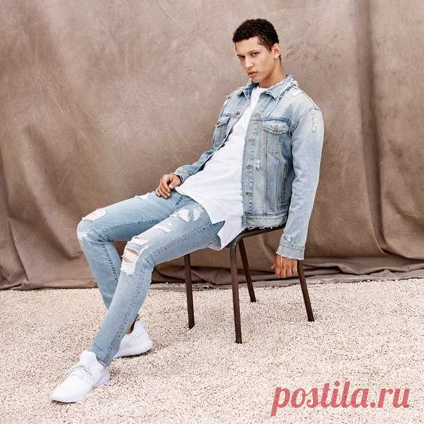 Деним всегда выглядит стильно и модно! И в нашей новой коллекции каждый сможет найти что-то для себя. Куртки из высветленной джинсовой ткани, рваные джинсы и многое другое уже в магазинах и на hm.com #HMMan
