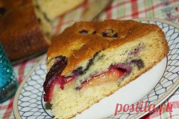Рецепт творожного пирога со сливами.  Творожный пирог со сливами - ещё одна возможность порадовать близких прекрасной выпечкой. Готовится быстро, просто, из доступных продуктов, а результат неизменно прекрасен. А ещё, благодаря сливам и творогу, эта выпечка радует своей сочностью и нежностью.  Для приготовления творожного пирога со сливами понадобится: сахарный песок - 1 стакан; яйцо - 3 шт.; творог - 150 г; сливы - 10 шт.; разрыхлитель - 7 г; мука - 1 стакан.  Взбить яйца...