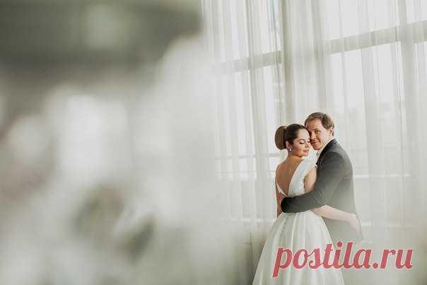 Нежная, но при этом яркая и сочная розово-белая палитра, изысканная сервировка и романтичная церемония в лучших европейских традициях. Вся серия: