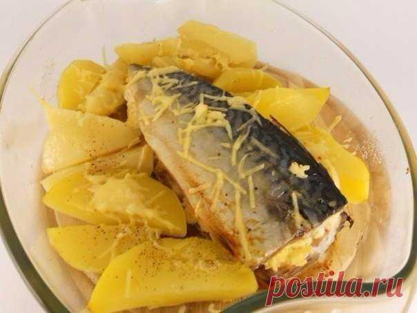 Ароматная и очень вкусная запеченная скумбрия с сыром    Вкусно и полезно!          Ингредиенты: скумбрия свежезамороженная — 1 шт.;сырок плавленый — 1 шт.;сыр твердый — 20-30 г;лук — 0,5 шт.;чеснок — 1-2 зубчика;соль, перец черный молотый — по вкусу;со…