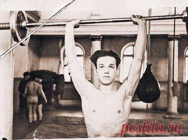 En la foto el campeón de Dniepropetrovsk y la esfera por el boxeo entre los jóvenes Yósif Kobzon, 1954.