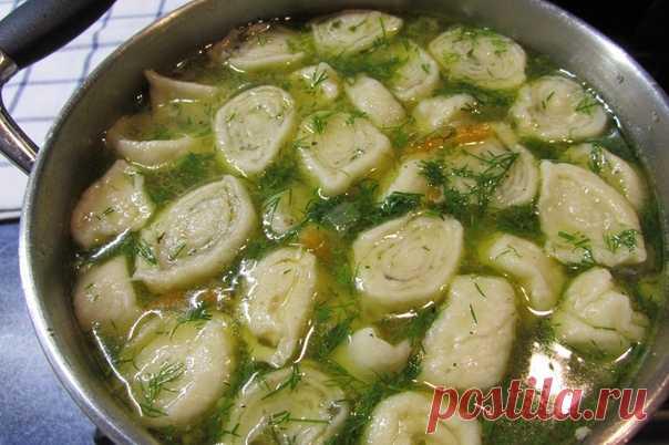 Куриный суп с галушками-рулетиками.  Ингредиенты: -Курица - 0,5 шт -Картофель - 2 шт -Морковь - 0,5 шт -Зелень (по вкусу) -Лавровый лист - 2 шт  Для чесночных галушек: -Яйцо - 1 шт -Мука (сколько возьмет тесто) - 150 г -Соль (щепотка) -Масло растительное - 1 ст.л.  Приготовление: 1. Вначале сварим куриный бульон. Я для этого использовала полтушки курицы. Можете варить бульон на любых куриных частях. Добавляем лаврушку, солим по вкусу. Я варила курицу 1 час.  2. Пока варитс...
