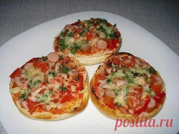 Супер-быстрые булочки-пиццы за 15 минут!  Ингредиенты: -6 булочек Для начинки подойдут: - колбаса или сосиски, ветчина 250 г; - грибы -шампиньоны консервированные или свежие 50 г; - помидоры, сладкий перец по 2 шт; - тертый сыр 200 г; - немного сливок или 1 маленькое яйцо; - по желанию лук, маслины и зелень  Приготовление: Из булочек вынимаем мякоть (булочки должны быть уже не свежими), мелко крошим и обжариваем-подсушиваем на 2 ст.л. сливочного масла. Смешиваем крошки с о...