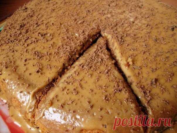 Кофейный пирог Из того, что есть в холодильнике  Пол стакана кефира - развожу в нем 3 чайные ложки растворимого кофе.2 яйца и 1 стакан сахара - все смешиваем, взбивая.К яйцам добавляем кофейный кефир, 100г масла размягченного, 1 стакан муки + 1пачк…
